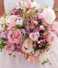 Combinatii de culori pentru nunta: alb si nuante pale (roz, auriu, bleu etc.)