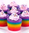 Culori neon: tortul de nunta, masuta cu dulciuri