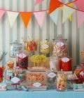 Masute cu dulciuri pentru nunta, cu diverse decoratiuni