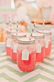Versatilele Mason jars. Banale borcane din sticla devenite inspirate decoratiuni de nunta