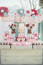 Supraetajatul tort de nunta versus miniprajiturile. Masuta cu dulciuri
